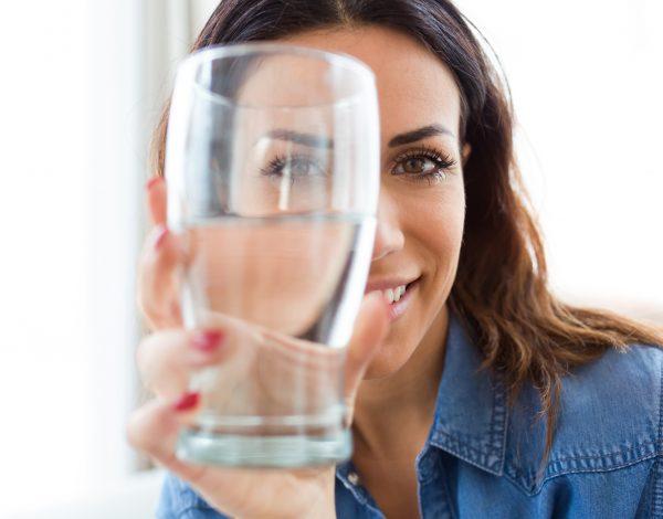 Ispijanje dvije čaše tople vode dnevno ima pozitivan utjecaj na organizam