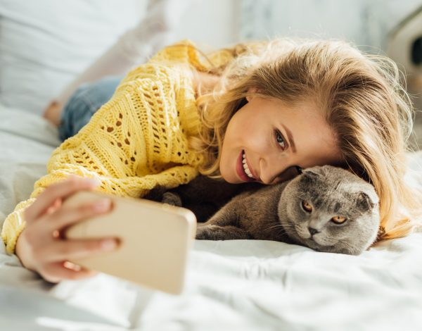Vaša mačka voli spavati kraj vas? Evo što to znači