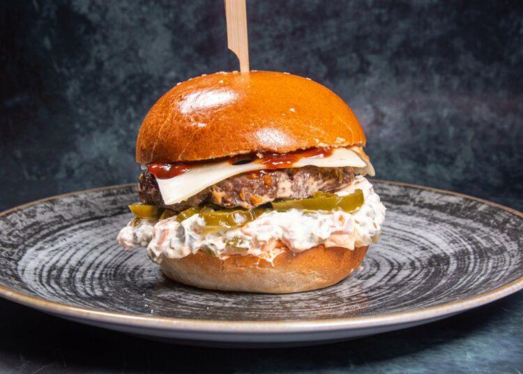 burger s francuskom salatom