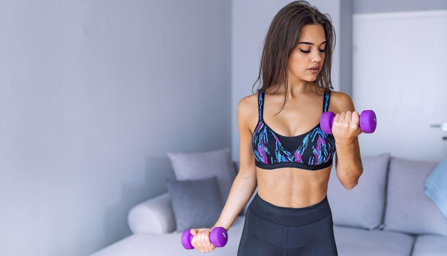 ekscentrična vježba, žena diže utege