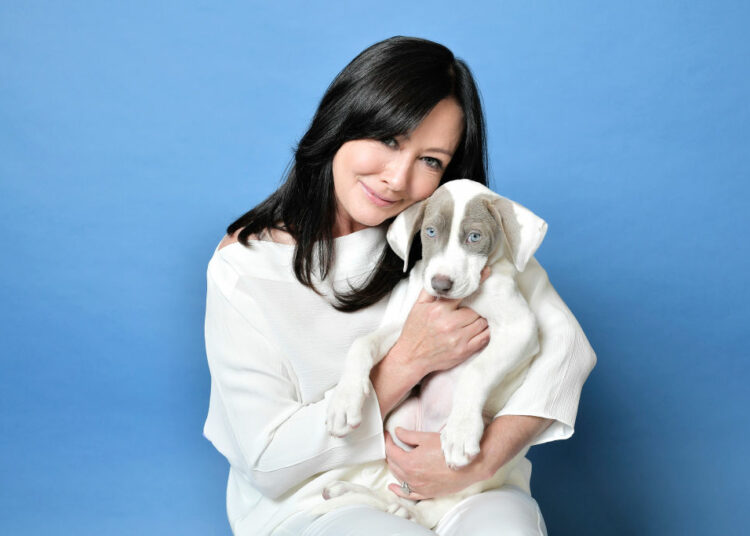 Shannen Doherty sa psom u ruci