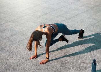 Žena izvodi vježbu na ulici